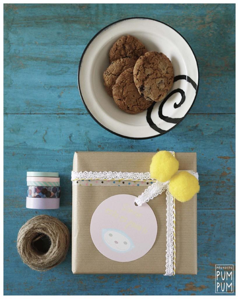 Materiales: etiquetas Pum Pum, washi tape, cinta de encaje, baker twine, pompones y papel craft.