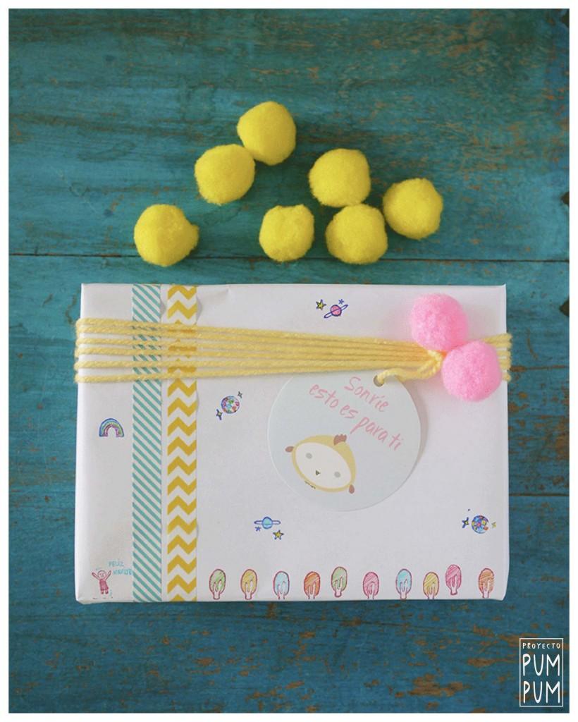 Materiales: etiquetas Pum Pum, washi tapes, lana, pompones, impresiones de sellos coloreados con rotuladores y papel blanco.