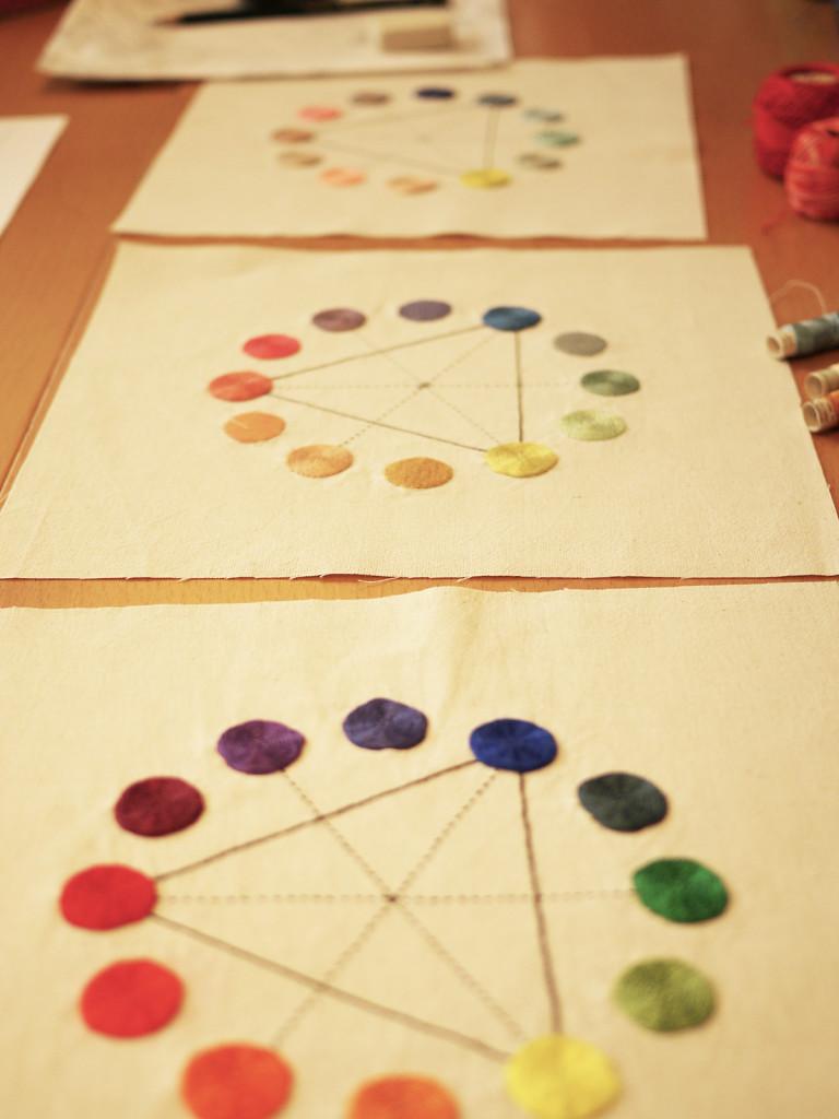 primer día: tres círculos cromáticos bordados que nos mostró Adriana, nuestro reto: bordar uno igual con nuestros propios colores